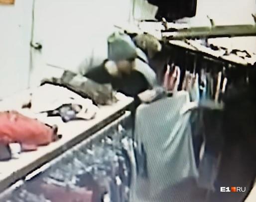 Женщина ловко вытащила кошелек из чужой сумки