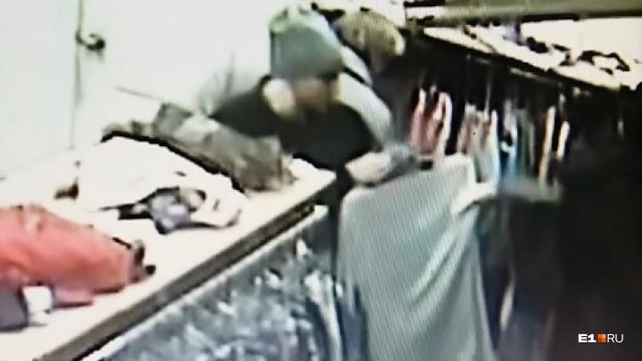 Камера сняла, как в магазине на Белинского женщина стащила кошелек из чужой сумки