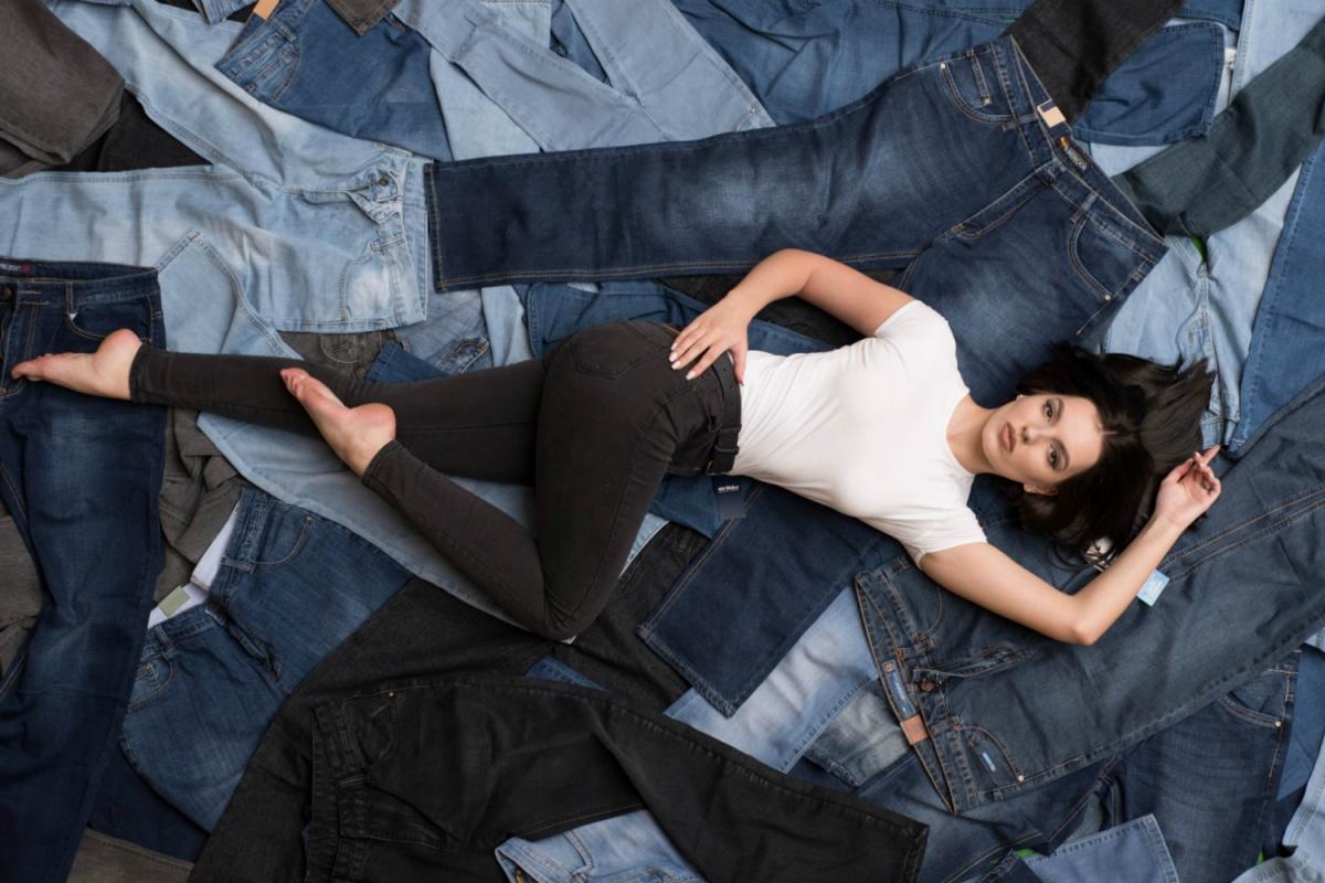 Фото реклама обтягивающих джинсов, телка в завязанной майке пришла трахаться смотреть онлайн