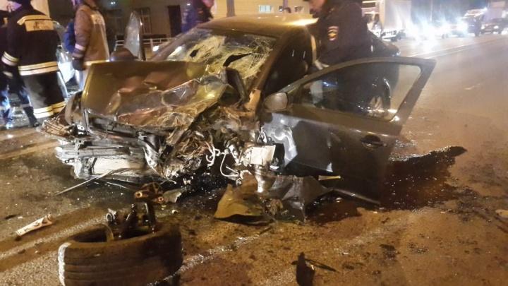 «От удара вырвало колесо»: страшная лобовая авария на севере Волгограда — видео