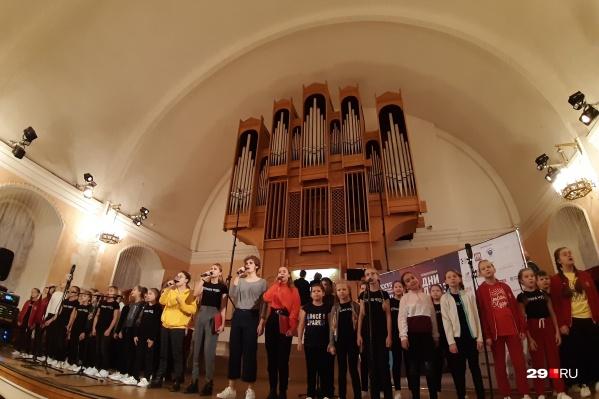 Дети спели под орган песню Sonne группыRammstein