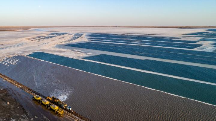 Слава Степанов сделал красивые снимки солёного озера на границе России и Казахстана