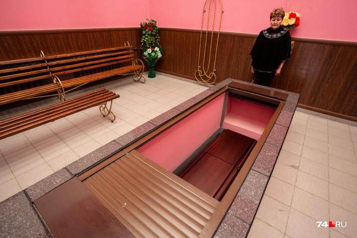 После прощания гроб с телом опускается на кремацию