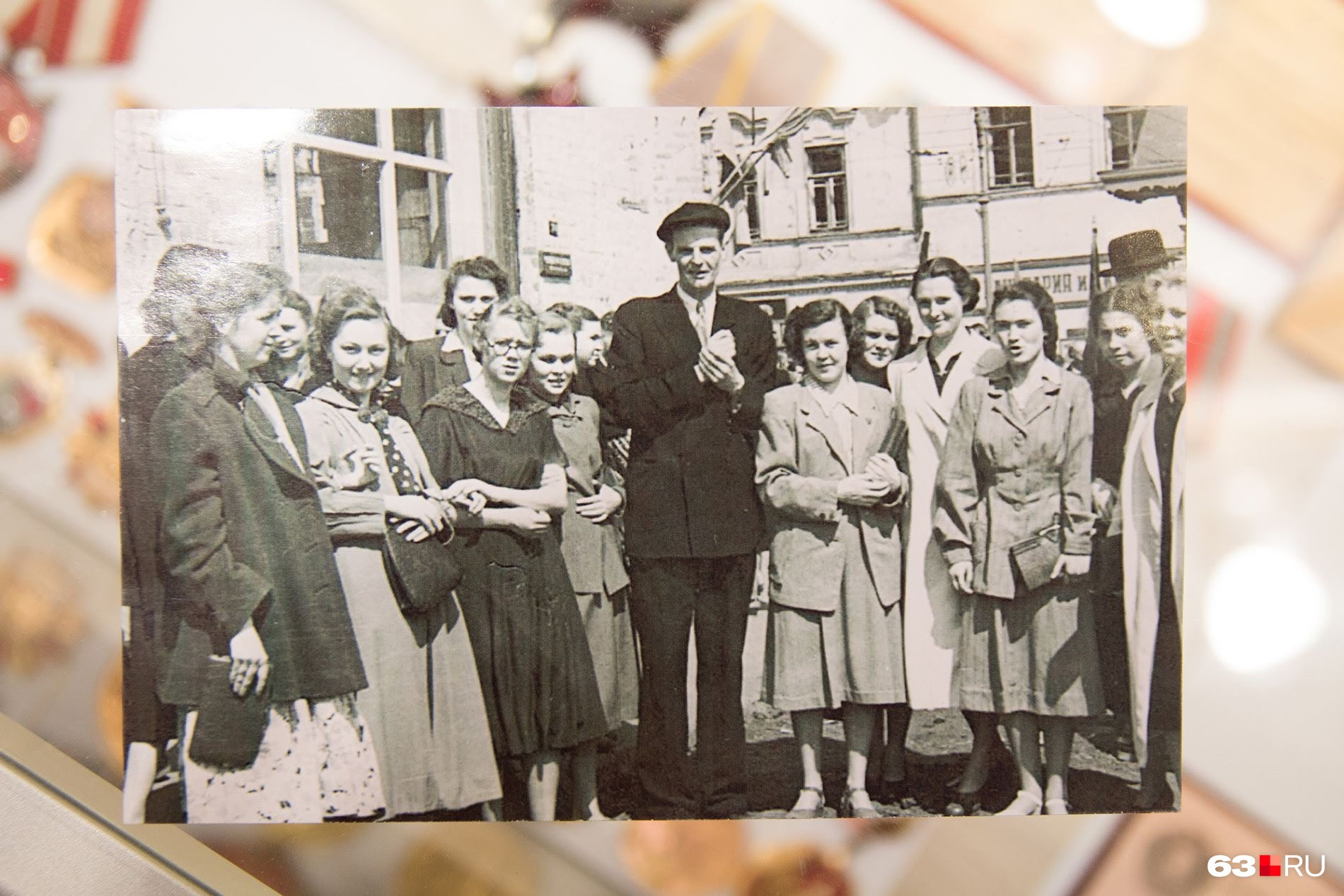 Студентки пединститута и тот, кого они знали под именем Марк Фрейзер. Роза Байлук на фотографии слева от него