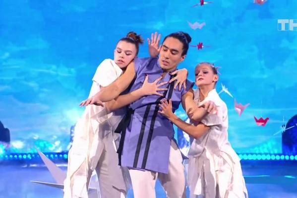 Полина Довгаль (на фото слева) исполнила общий танцевальный номер совместно с участником проекта Арсеном Именовым (в центре)