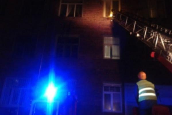 Тринадцать пожарных боролись с огнём