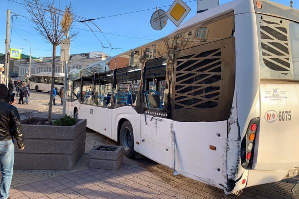 От удара у автобуса вылетели стекла