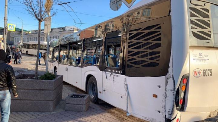Забыл про ручник: в Ростове автобус снес цветочную кадку