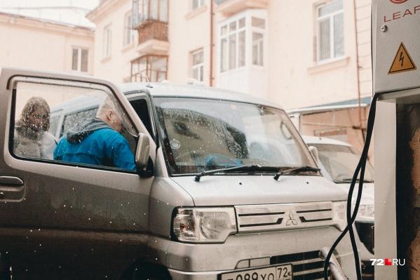 Зарядить экомобиль можно и от обычной розетки, но ждать придётся долго— от четырёх до восьми часов