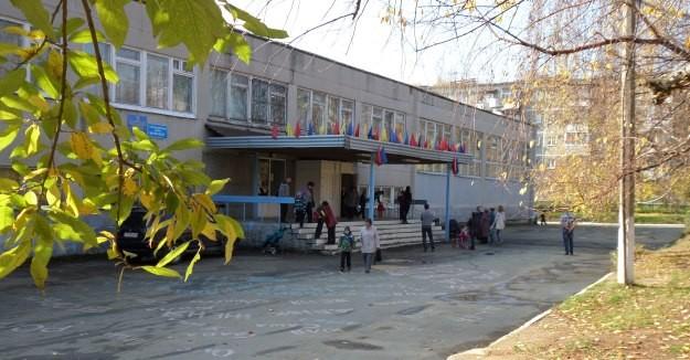 «Он схватил девочку и потащил в кусты». Родители в школе Екатеринбурга устроили панику из-за маньяка