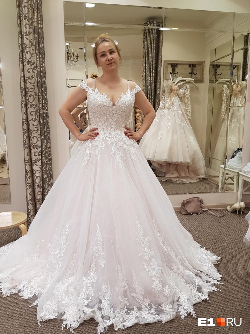 Перемерила с десяток пышных платьев с корсетом. Это, кстати, стоит аж 52 тысячи рублей. Хорошо, что я его не купила