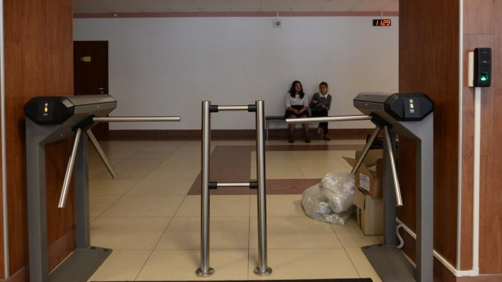 На посту не спать: в Екатеринбурге определили требования к подрядчикам, которые будут охранять школы