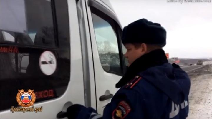 Водителя рейсового микроавтобуса поймали на трассе пьяным за рулем