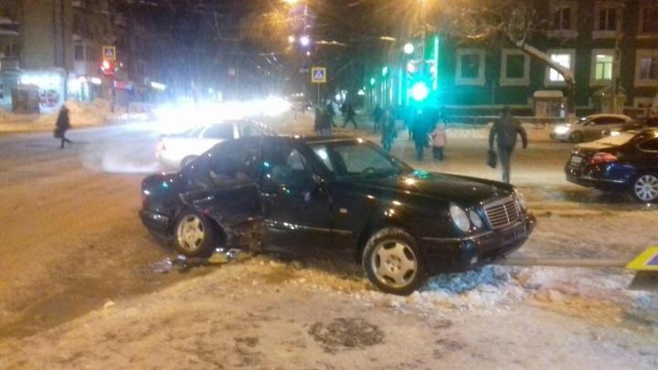 В Самаре Mercedes вылетел с дороги и сбил дорожный знак на пешехода