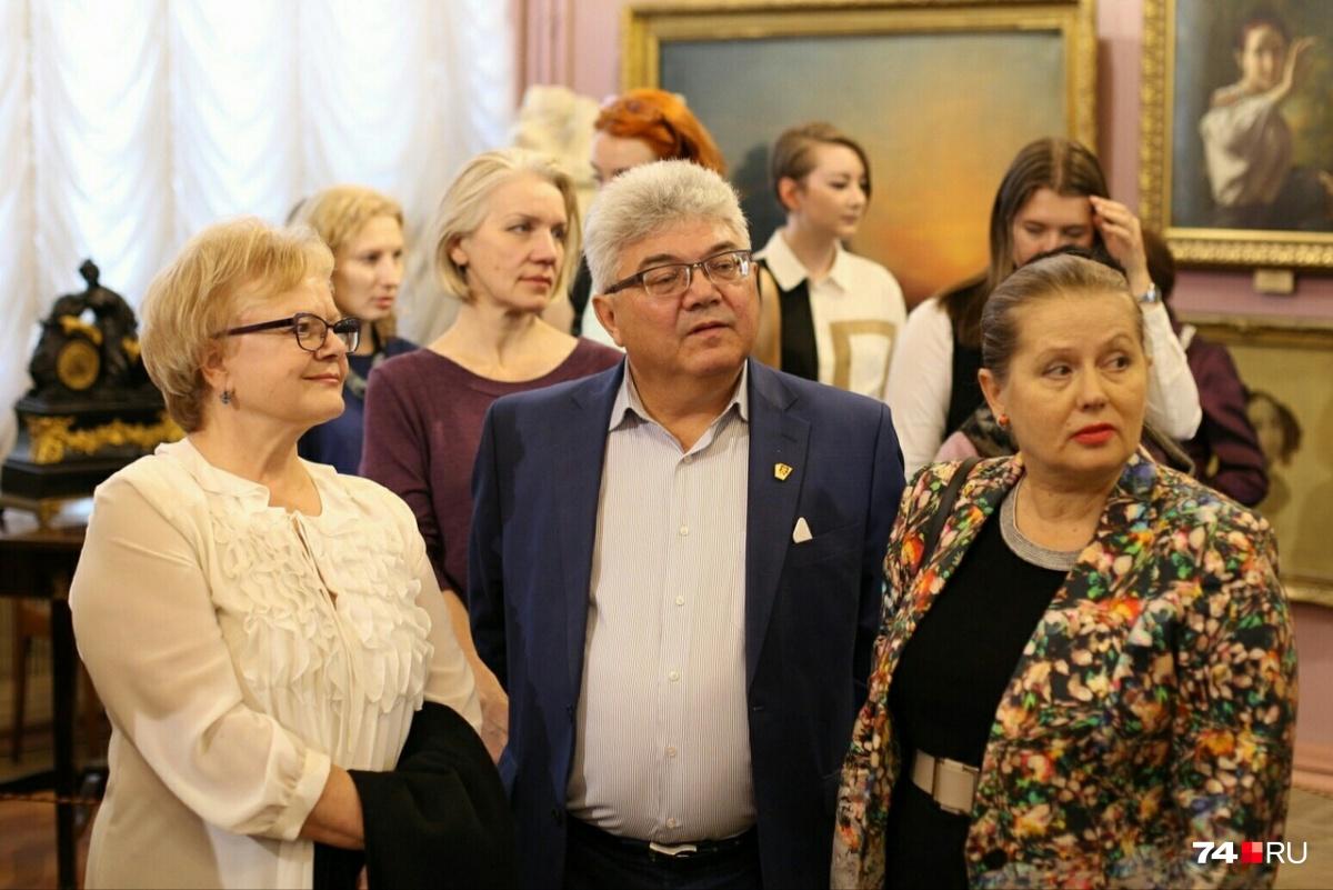 Гость вернисажа — ректор Челябинского института культуры Владимир Рушанин