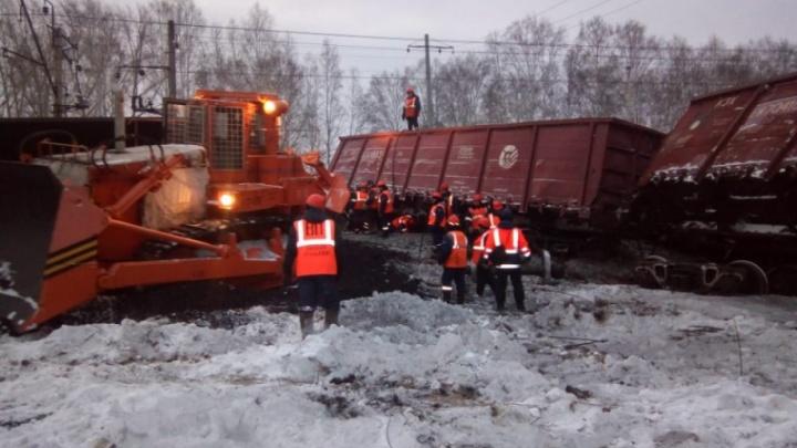 Машинист снял видео, как он проезжает рядом с местом крушения состава с углём под Екатеринбургом