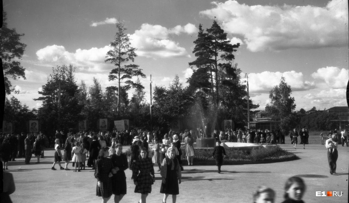 Центральный парк культуры и отдыха. Площадь у фонтана. 1950 год