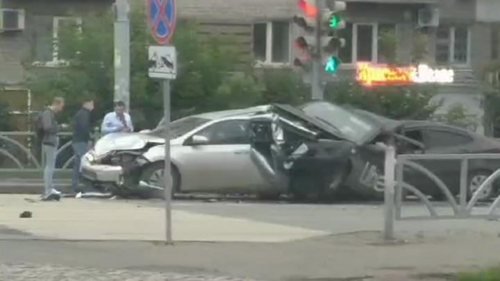 На Малышева лихач протаранил стоящие на светофоре автомобили, погибли два человека