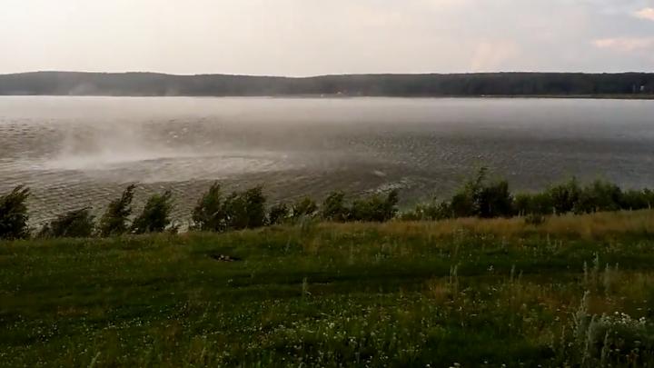 В Башкирии засняли на видео смерч над озером