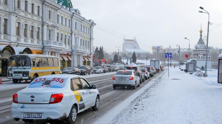Из-за похолодания ГИБДД попросила водителей отказаться от поездокв эти выходные