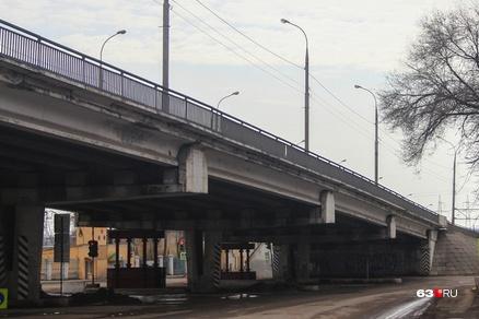 Чтобы отремонтировать путепровод на улице Авроры, нужно было на время остановить движение поездов под ним