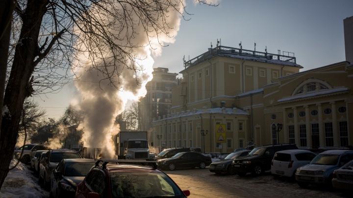 Перекрёсток в центре Новосибирска заволокло густым паром