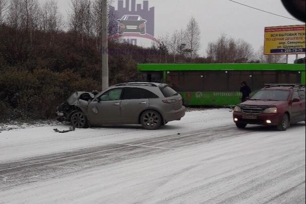 День жестянщика: в Солнечном на скользкой дороге столкнулись автобус и «Инфинити»