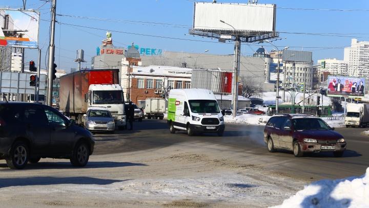 Самый глупый перекрёсток: место на Большевичке, где странный светофор сталкивает два потока машин — возможны ДТП