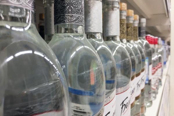 Полиция изъяла у обвиняемого шесть тысяч бутылок нелегального алкоголя
