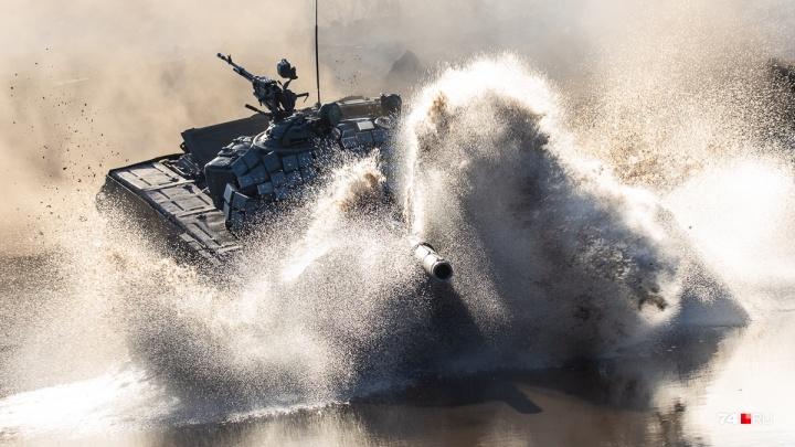 Через дым, огонь и воду: смотрим, как на Южном Урале стартовали соревнования по танковому биатлону