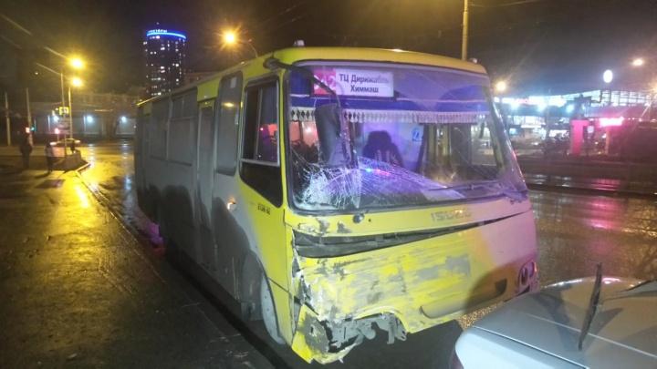 На Щербакова столкнулись городской и пригородный автобусы, пострадали двое