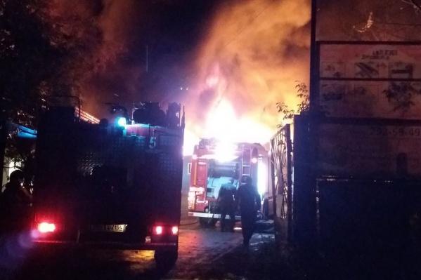 Пожар тушили 11 пожарных машин и 32 человека