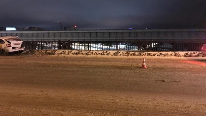 Водитель «Лады» развернулся посреди Октябрьского моста: его пассажиры попали в реанимацию