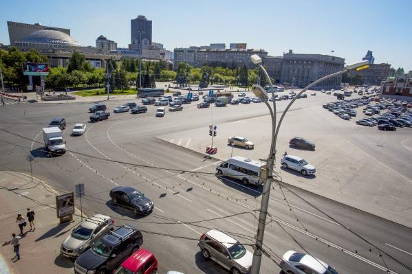 Крайний правый ряд при повороте на Вокзальную магистраль ведёт в тротуар