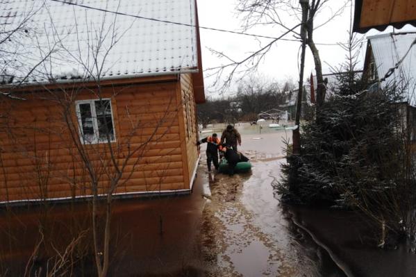 Женщину эвакуировали из затопленного поселка под Ярославлем
