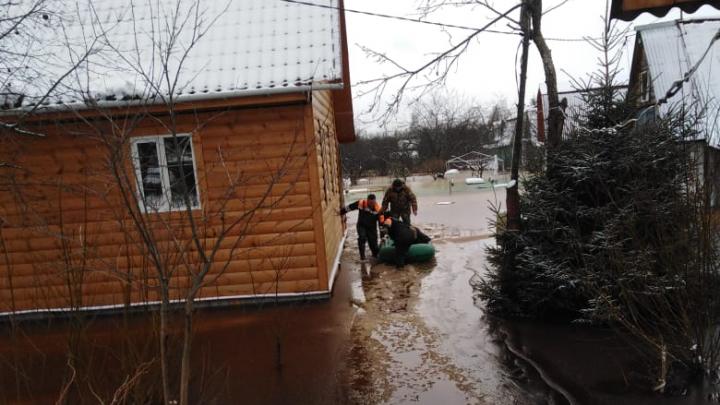 Под Ярославлем пожилая женщина оказалась заблокирована в доме из-за потопа