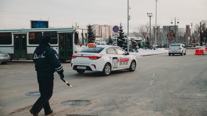 Водитель без прав, спор из-за непристегнутого ремня: смотрим, как ГИБДД шерстила тюменских таксистов