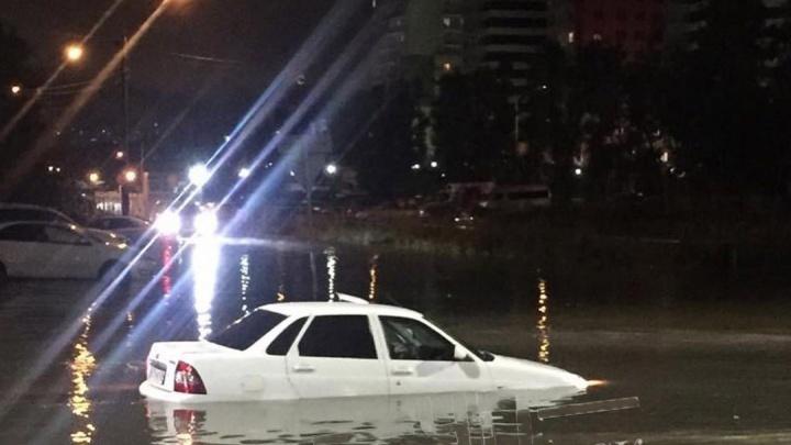 Вечерний дождь затопил дороги в Красноярске