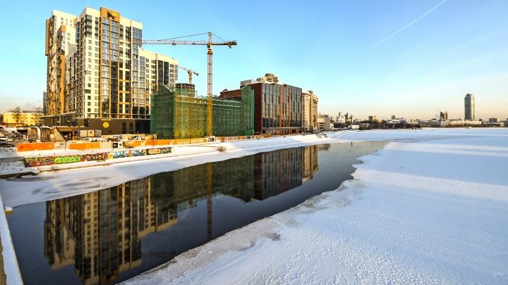 «На глазах у всего офиса провалился под лед человек»: в Екатеринбурге начал таять Городской пруд