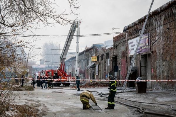 Крупный пожар в Дзержинском районе потушили ещё вчера вечером, но работы на пепелище продолжаются