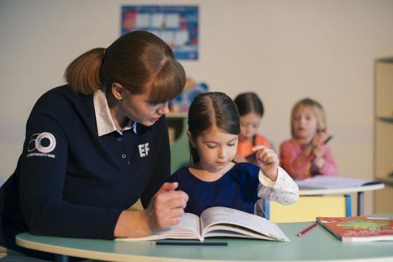 На занятиях по английскому <b>говорить не просто можно, но даже нужно</b>. Это единственный способ преодолеть языковой барьер. Именно поэтому занятия в EF проходят не только в традиционных академических формах, но и в режиме творческих мастерских, интеллектуальных и подвижных игр, проектов, увлекательных квестов. Помимо изучения английского дети развивают коммуникативные и социальные навыки, учатся работать в команде и проявлять инициативу.