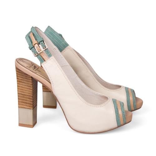 В этом сезоне в фаворе — блеск, золото и другие атрибуты роскошной жизни. В обуви тренд воплощается в каблуках, которые, хоть и отчасти, напоминают слиток золота. <price>3299 руб.</price>