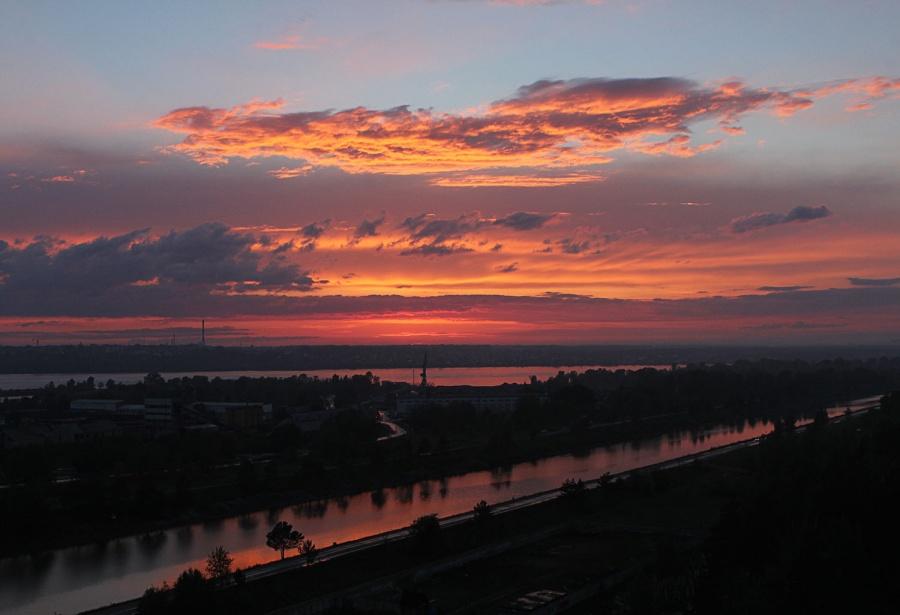 С другой стороны плотины ГЭС закаты над Новосибирским водохранилищем наблюдают жители ЖК «Миргород». Вид из окна на шлюз и Обское море сразу подкупил при выборе квартиры, признался Роман Жайворон. «Мы смотрели, куда окна выходят, и выбрали угол, чтобы с одной стороны было видно водохранилище, с другой стороны — закат», — рассказал он.