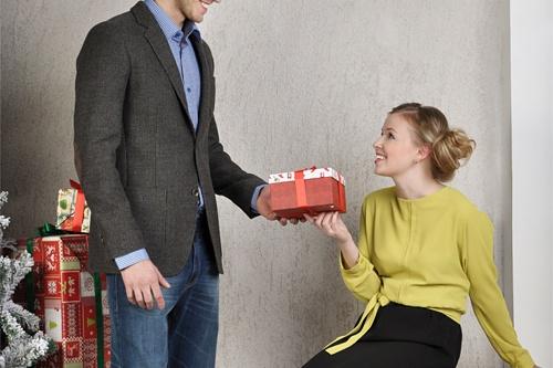 Загадай желание и открой подарок. Пиджак <price>7900 руб.</price>, сорочка <price>990 руб.</price>, платье <price>2990 руб.</price>