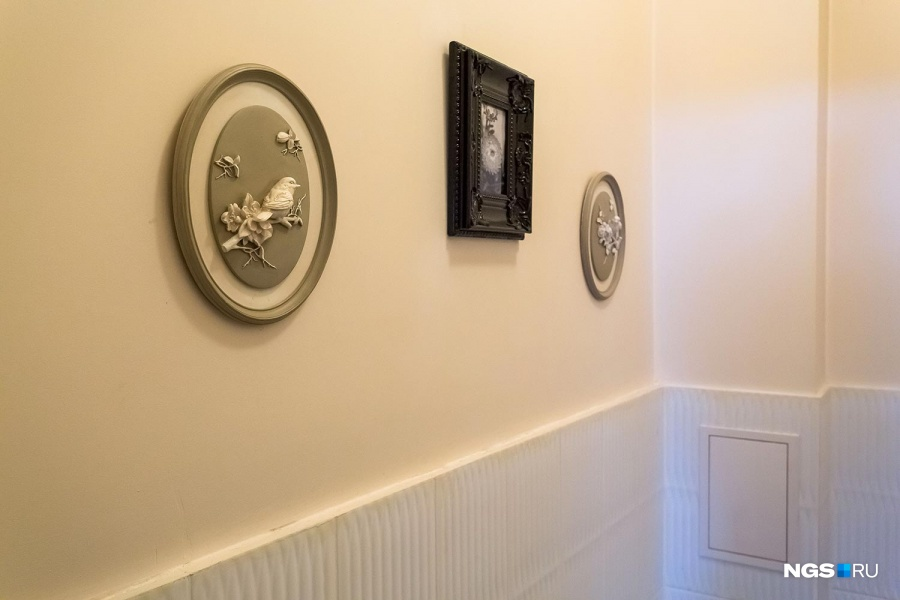 Многие люди проводят в туалете достаточно времени, чтобы прочитать на несколько раз все, что написано на освежителе воздуха, или успевают обновить все соцсети на смартфоне, но в этом туалете можно отвлечься на симпатичные картины.
