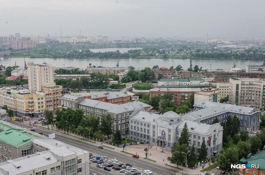 Из окон последних этажей и башенок самого высокого дома Новосибирска на ул. Коммунистической, 50 отлично видно и оперный, и «Глобус», и реку со всеми мостами — да и вообще весь город, вплоть до аэропорта «Толмачёво».