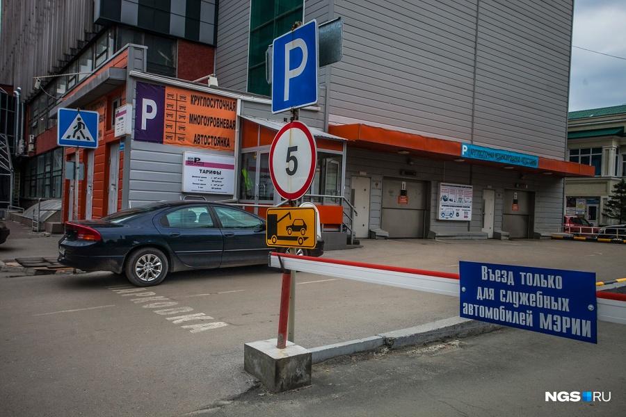 Главная проблема ул. Романова — забитость машинами и нехватка парковок у новостроек. Именно здесь, рядом с Домом быта, появилась первая в Новосибирске механизированная парковка. Правда, автомобилисты не спешат тратить на нее свои деньги.