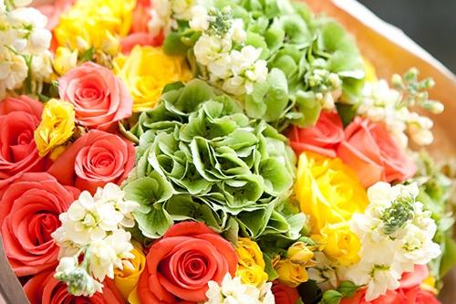 <b>Букет № 1.</b> Сочный и яркий, по-настоящему летний букет из разных сортов роз, маттиолы и гортензии — это лучший подарок для жизнерадостной особы. <b>4650 руб.</b>