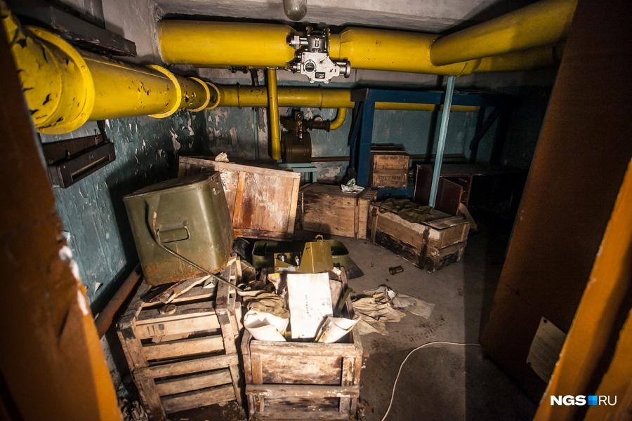 «Здесь система воздухоочистки, — показывает на толстые желтые трубы Сергей Золотовский. — Я думаю, тут стояли приборы, которые определяют химическую и радиоактивную загрязненность». Сейчас здесь валяются ящики с остатками спецодежды.