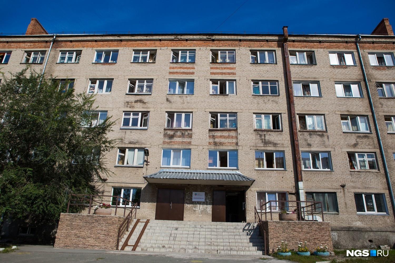 Глядя на 2-е общежитие, построенное в 1964 году, трудно представить, что сейчас внутри студентов встречает дизайнерский ремонт. Соседнее общежитие хотят отремонтировать по похожему дизайн-проекту.